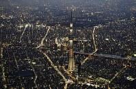 開業5周年を前に、ライトアップされた東京スカイツリー=東京都墨田区で2017年5月18日午後7時12分、本社ヘリから