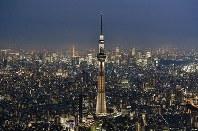 開業5周年を前に、ライトアップされた東京スカイツリー=東京都墨田区で2017年5月18日午後7時16分、本社ヘリから