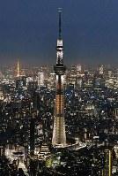 開業5周年を前に、橘色にライトアップされた東京スカイツリー=東京都墨田区で2017年5月18日午後7時18分、本社ヘリから