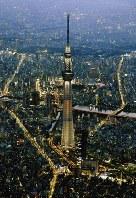 開業5周年を前に、ライトアップされた東京スカイツリー=東京都墨田区で2017年5月18日午後7時4分、本社ヘリから
