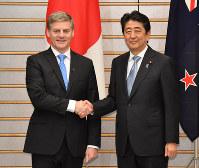 首脳会談を前に握手するニュージーランドのイングリッシュ首相(左)と安倍晋三首相=首相官邸で2017年5月17日午後6時10分、宮間俊樹撮影