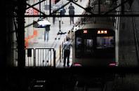 痴漢を申告された男性が線路に飛び降り、電車にひかれた東急田園都市線青葉台駅=2017年5月16日午前0時41分、長谷川直亮撮影