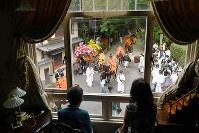 「特等席」から見る葵祭の行列=京都市左京区で、小松雄介撮影