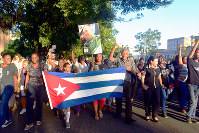 フィデル・カストロ前議長の死を悼み、行進する人たち=キューバ・ハバナ市内で、吉田正仁さん撮影