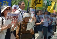 「共謀罪」法案の採決に反対し、「強行採決絶対反対」などとシュプレヒコールをあげる人たち=東京都千代田区で2017年5月19日午後0時38分、渡部直樹撮影