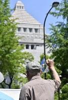 「共謀罪」法案反対のシュプレヒコールを上げる男性=国会周辺で2017年5月19日午後0時52分、藤井達也撮影