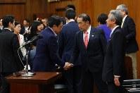 衆院法務委員会で「共謀罪」法案が採決され、与党議員らと握手を交わす金田勝年法相(中央右)=国会内で2017年5月19日午後1時13分、小川昌宏撮影