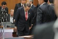 衆院法務委員会で「共謀罪」法案が採決され一礼する金田勝年法相=国会内で2017年5月19日午後1時13分、和田大典撮影