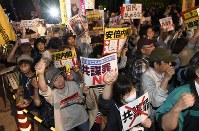 国会前で「共謀罪」法案に反対の声をあげる人たち=東京都千代田区で2017年5月19日午後7時33分、藤井達也撮影
