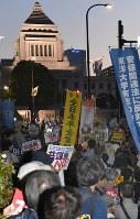 国会前で「共謀罪」法案に反対するパネルを掲げる人たち=東京都千代田区で2017年5月19日午後7時3分、藤井達也撮影