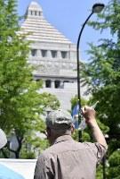 「共謀罪」反対のシュプレヒコールをあげる男性=国会周辺で2017年5月19日午後0時52分、藤井達也撮影