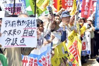 「共謀罪」反対のシュプレヒコールをあげる人たち=国会周辺で2017年5月19日午後0時33分、藤井達也撮影