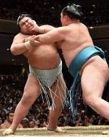 玉鷲(右)に攻められる高安。押し出しで高安が敗れ今場所初黒星となった=東京・両国国技館で2017年5月19日、宮間俊樹撮影
