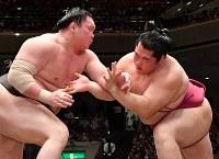 遠藤(右)を攻める白鵬。押し出しで白鵬が遠藤を降し6連勝となった=東京・両国国技館で2017年5月19日、宮間俊樹撮影