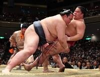 稀勢の里(左)が浴びせ倒しで大栄翔を降す=東京・両国国技館で2017年5月19日、宮間俊樹撮影