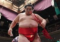 琴勇輝を突き出しで破り懸賞金を手に土俵を下りる阿武咲=東京・両国国技館で2017年5月19日、宮間俊樹撮影