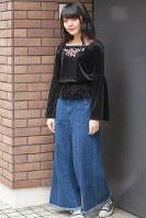 濃紺デニムのバギーパンツを着た女性=日本ファッション協会提供