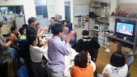 政権交代を期待する仲間が集まり、文在寅氏の勝利宣言に大きな拍手が起こった=大阪市内で、金光敏さん撮影