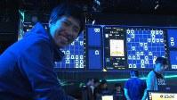 <プロフィル>山本一成(やまもと・いっせい) 1985年、愛知県犬山市生まれ。小学校の頃から将棋一筋で、アマチュア5段の実力者。東京大学工学部在学中、留年をきっかけにしてそれまで苦手意識を持っていたコンピュータを、得意な将棋をテーマに克服しようと「PONANZA(ポナンザ)」の開発を始めた。卒業後はゲーム開発会社に勤務するも研究を続け、2013年の第2回将棋電王戦では、佐藤慎一四段(当時)に勝利。現役のプロ棋士に公の場で勝った史上初の将棋AIとなった。趣味はゲームセンターで「ダンスダンスレボリューション」をプレイする事で休日の過ごし方は「妻と2人でジムに通う」。服のコーディネートを考えるのが面倒なので、私服と靴は2種類ずつしか持っていないという。