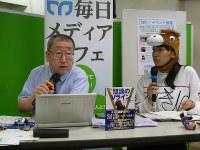 オークスの予想を語る松沢編集委員(左)と中嶋記者=毎日メディアカフェで