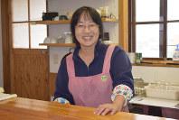 「たろうの浜小屋」の調理場に立つ紙田和代さん=宮古市田老野原で