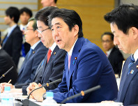 働き方改革実現会議であいさつする安倍晋三首相(右から2人目)。政府は「生産性」を強調するが……=首相官邸で3月28日、川田雅浩撮影