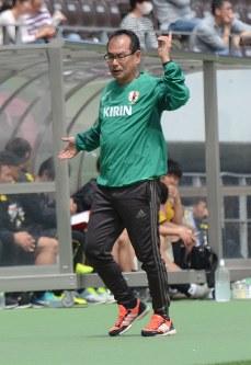 J2千葉との練習試合で指揮を執るU20日本代表の内山監督