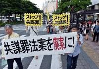 「共謀罪」法案に反対し、繁華街をデモ行進する市民ら=福岡市中央区で2017年5月19日午後6時22分、森園道子撮影