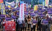 「共謀罪」法案に反対し、集会でプラカードを掲げる参加者たち=名古屋市中区で2017年5月19日午後7時1分、木葉健二撮影