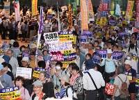 「共謀罪」法案に反対し、デモ行進をする参加者たち=名古屋市中区で2017年5月19日午後7時3分、木葉健二撮影
