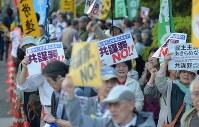 国会前で「共謀罪」法案反対の声をあげる人たち=東京都千代田区で2017年5月19日午後6時26分、藤井達也撮影