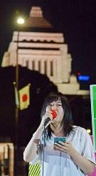 国会前で、「共謀罪」法案に抗議する集会で、参加者と共に反対の声をあげる人=東京都千代田区で2017年5月19日午後7時56分、渡部直樹撮影