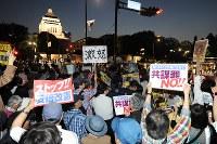 「共謀罪」法案に反対し国会前で集会をする人たち=東京都千代田区で2017年5月19日午後7時16分、渡部直樹撮影