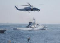 第3管区巡視船艇・航空機展示総合訓練で行われた、ヘリからのつり上げ救助訓練=東京湾羽田沖で2017年5月20日、米田堅持撮影