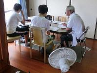 教員OBが個別指導する無料の学習塾「ひなた塾」=和歌山県田辺市高雄1で、NPO法人ハートツリー提供