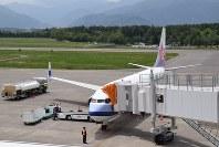 信州での観光を終えた乗客を乗せ、台湾に戻る準備をするチャイナエアラインのチャーター機=松本市の松本空港で2017年5月15日、小川直樹撮影