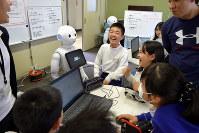 児童がパソコンを操作するとペッパーがしゃべった=岐阜市加納西丸町1の市立加納小で