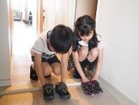 よその家に上がるときのために靴をそろえる練習=森藤理絵さん提供