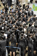 合同企業説明会に参加した就職活動中の学生ら=千葉市美浜区で3月
