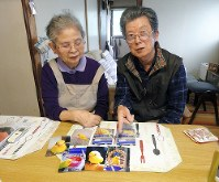 ピーちゃんの写真を前に語る永井利一さんと妻の敬子さん=野沢和弘撮影