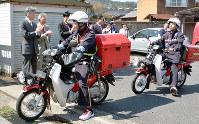 新ひまわりシステムが始まった4月、はがきを届けに出発する配達員=鳥取県智頭町で、小野まなみ撮影