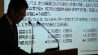 東芝が発表した2017年3月期決算に関する数字。手前は平田政善専務=2017年5月15日、丸山博撮影