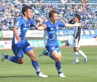 2点目のゴールを決めたFW永藤歩選手(右)=天童市のNDソフトスタジアム山形で