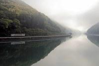 肥薩線は球磨川に沿って走る路線。早朝には朝霧が立ち込めることも多い=熊本県の海路駅付近で、村上悠太さん撮影