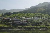 小さな川沿いの集落に可愛らしい踏切が一つ=熊本県の肥薩線・葉木駅付近で、村上悠太さん撮影