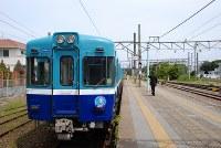 銚子駅を発車しようとする列車=千葉県の銚子電鉄で、小松やしほ撮影