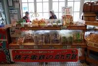 経営の危機を支えたぬれ煎餅。奥では手焼き実演が見られる=銚子電鉄・犬吠駅で、小松やしほ撮影