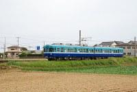 のどかな風景の中を走る列車=銚子電鉄・犬吠駅近くで、小松やしほ撮影