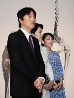 「大英自然史博物館展」をご覧になる秋篠宮ご夫妻と眞子さま=東京都台東区の国立科学博物館で2017年5月22日午前10時42分(代表撮影)