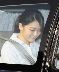 乗用車で皇居に入る眞子さま=東京都千代田区で2017年5月21日午後4時20分、小出洋平撮影